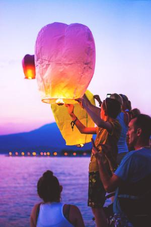 Lancer de lanternes thaïlandaises pour un mariage